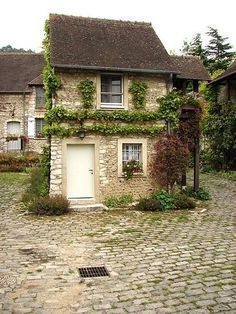 A small stone house / cottage in the village of Giverny France Stone Cottages, Cabins And Cottages, Stone Houses, Small Cottages, Country Cottages, Cute Cottage, Cottage Style, Giverny France, Front Yard Decor