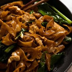 Close up of Pad See Ew noodles on a plate with chopsticks ready to be eaten - Asiatische rezepte Pad See Ew Noodles, Stir Fry Noodles, Rice Noodles, Mama Noodles, Spicy Thai Noodles, Drunken Noodles, Stir Fry Recipes, Noodle Recipes, Cooking Recipes
