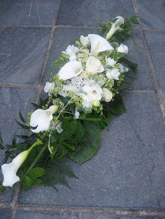 weißer Exotiktraum Basket Flower Arrangements, Funeral Flower Arrangements, Table Flowers, Floral Arrangements, Grave Flowers, Funeral Flowers, Cascading Wedding Bouquets, Wedding Flowers, Casket Sprays