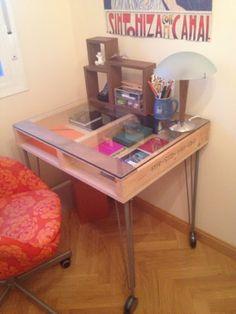 x4duros.com. Mesa con palet, cristal, patas Ikea.