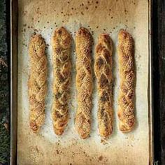 Flat strips instead of ropes in the braid mean that it goes straight into the oven without resting time