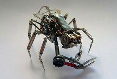 Insectos que reviven con partes de relojes y ampolletas - Guioteca