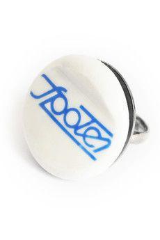Pierścionek wykonany ręcznie, metodą recyklingu z fragmentu porcelanowej miski z czasów PRL.Napis Społem nie jest reprodukcją, lecz oryginalnie znajdował się na naczyniu. Fragment został oszlifowany i połączony z metalową regulowaną bazą pierścionka.Średnica elementu porcelanowego: 27 mm.