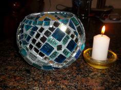 fanal- vidrio Mosaic Bottles, Mosaic Pots, Mosaic Glass, Glass Art, Candle Holder Decor, Glass Candle Holders, Mosaic Bowling Ball, Glass Painting Patterns, Mosaic Projects