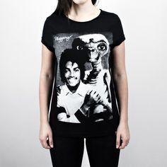 Camiseta Plugging ET Jackson, 100% Algodão, malha fio 30 penteado, na cor pretacom tecnologia anti-pilling eestampa silk toque zero. O design da estampa é inspiradano filme E.T e no cantor Michael Jackson.
