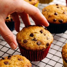 Banana Chocolate Chip Muffins (BEST EVER!) Banana Chocolate Chip Muffins Recipe – our easy chocolate chip banana muffins are super moist, de Cupcake Recipes, Cookie Recipes, Dessert Recipes, Dishes Recipes, Delicious Desserts, Yummy Food, Healthy Desserts, Healthy Recipes, Banana Chocolate Chip Muffins
