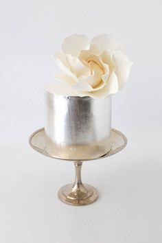 Single tier wedding cake with a bold finish, like this chic metallic wedding cake with a simple flower decoration. #wedding #cake #weddingcake #metallic