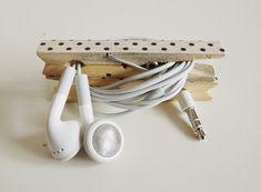Aprenda a fazer um porta fones de ouvido usando apenas 2 pregadores e nunca mais se preocupe com nós e fones quebrados! Super fácil e sem gastar nada.
