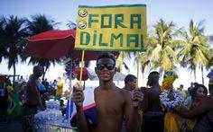 Homem exibe cartaz com mensagem 'Fora Dilma' durante protesto na praia de Copacabana, no Rio de Janeiro