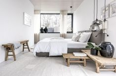 V ložnici kraluje lnem čalouněné lůžko (Pianca). Noční stolky suplují nízké čínské stolky ze starého jilmového dřeva. Ze stejné dřeviny je i úzká odkládací lavice Entryway Bench, Villa, Room Decor, Contemporary, Project 4, Bedroom Inspiration, Furniture, Arch, Bedrooms