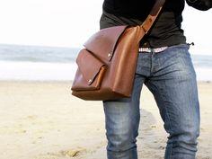 野性的な、 レザーの斜め掛けバッグ。 角度のあるポケットのカバーが個性的
