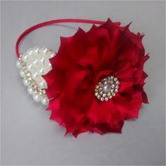 tiara forrada com cetim,com flor em cetim vermelha com detalhes em strass dourado, com folha de pérolas marfim, um luxo para as princesas