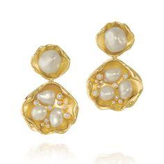REGALITÀ GIOIELLI: AMSTERDAM SAUER, A GENTE SEMPRE AMOU AS PEÇAS, MAS... Pearl Bracelet, Pearl Jewelry, Jewelry Art, Gold Jewelry, Jewelry Accessories, Jewelry Design, Pearl Earrings, Drop Earrings, Jewellery