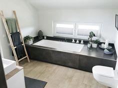 Badewanne im Hauptbad.Unsere Badewanne im Hauptbad. Dark Bathrooms, Amazing Bathrooms, Small Bathroom, Master Bathroom, Bathroom Mat, Bathroom Ideas, Luxury Interior Design, Bathroom Interior Design, Interior Styling