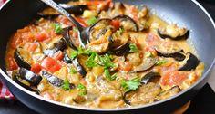 Kókusztejes padlizsáncurry recept -  Hozzávalók 2 adagra A padlizsán sütéséhez      250 g padlizsán (nyers)     1.5 evőkanál olívaolaj     3 csipet só  A curry-hez      1 szál újhagyma     1 fej vöröshagyma     2 csipet só     2 evőkanál olívaolaj     1 teáskanál garam masala     1 mokkáskanál kardamom (őrölt)     1 mokkáskanál curry (őrölt)     2 csipet feketebors (őrölt)     1 mokkáskanál chili pehely     250 g paradicsom (nagyobb)     2 dl kókusztej Vegetable Dishes, Vegetable Recipes, Vegetarian Recipes, Healthy Recipes, Rabbit Food, Tasty Dishes, Healthy Snacks, Curry, Good Food