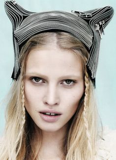 We love the texture theses #zippers create in this head piece!