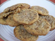 Delicious Discoveries: Heath Bar Cookies *(substituted 4 tbsp water and 2 tbsp oil for the 2 eggs) Chocolate Chip Cookies, Toffee Cookies, Chocolate Chips, Chocolate Desserts, Heath Bar Cookies, Cookie Bars, Köstliche Desserts, Delicious Desserts, Dessert Recipes