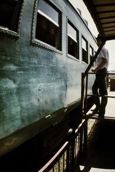 O vagão da década de 1950, estacionado na plataforma, esperando o embarque. Na foto, o André, garoto que é voluntário na ABPF.