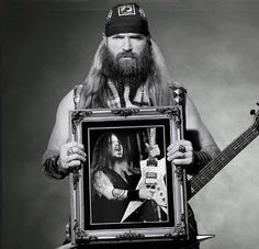 Zakk Wylde, from Black Label Society and Ozzy, holding a portrait of Dimebag Darrell. May he rest in peace. Music Love, Music Is Life, Rock Music, Hard Rock, Rock N Roll, Rap, 80s Rock Bands, Grunge, Black Label Society