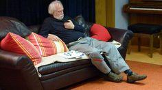 ruht in sich: der mann auf der couch, unser psychologe hege schweizer