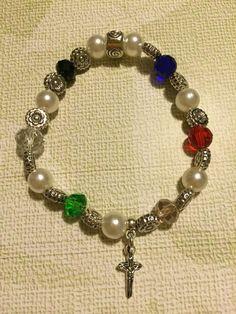 Pulsera elástica de perlas con piedras de colores con dije de cruz