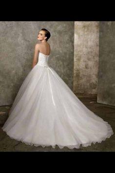 Neked is lépned kell, ha gyönyörű Eleonor menyasszonnyá szeretnél válni, ne csak gyönyörködj a ruháinkban! A végeredményt szeretnéd készen vagy az odavezető utat is elfogadod? Éld át minél hamarabb a ruha választás örömét. Garantálom, hogy ultra könnyedén, rövid idő alatt megtaláljuk Neked a legtökéletesebben hozzád illő ruhát.  Üdv, Györkei Zsolt Öltözködési tanácsadó.  Eleonor szalon Budapest Teréz körút 39