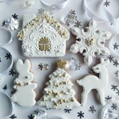 Two months until Christmas! 🎅🎄🎁 Should I start to share Christmas baking and decorating inspiration? 😉 Swipe to get some great ideas how to… Christmas Sugar Cookies, Christmas Cupcakes, Christmas Gingerbread, Holiday Cookies, Christmas Desserts, Christmas Treats, Christmas Baking, Gingerbread Cookies, Christmas Decorations