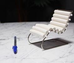 Miniatura Chaise MR Desenhada em 1927 pelo arquiteto Mies Van der Rohe, revolucionou o mobiliário da época com suas curvas e assento em gomos. Possui materiais de alto padrão de qualidade que seguem os mesmos traços da original, um móvel clássico e contemporâneo que cai bem em qualquer ambiente, além de ser uma peça super confortável. Ter a Chaise MR é sinal de extremo bom gosto.