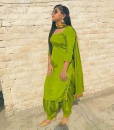 Gharara Designs, Patiala Suit Designs, Kurti Designs Party Wear, Dress Indian Style, Indian Fashion Dresses, Indian Designer Outfits, Stylish Dresses For Girls, Stylish Dress Designs, Indian Party Wear Gowns