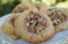 Recipe for Pecan Pie Thumbprint Cookies – One of my favorite pies in changed up to be in cookie form. Crinkle Cookies, Pecan Pie Cookies, Cookie Pie, Yummy Cookies, Pecan Pie Cookie Recipe, Pecan Cups Recipe, Pecan Pie Bars, Chocolate Cookies, Köstliche Desserts