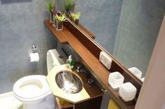 Estantes macizos para baños que le dan un toque de elegancia. De 3 o 6 cm de grueso, barnizados.