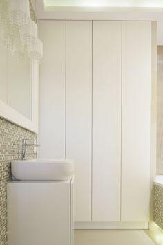 W małej łazience szafę wykonano między wanną a ścianą. Projekt: Małgorzata Mazur. Fot. Bartosz Jarosz.