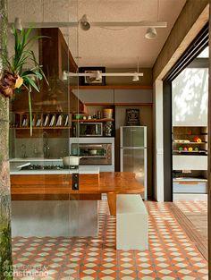 Reforma da área de lazer investe em cobertura metálica e teto de vidro - Casa. My Home Design, House Design, Kitchen Dining, Kitchen Decor, Nice Kitchen, Kitchen Tiles, Interior Design Kitchen, Interior Decorating, Cocina Office