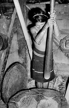 Tattooed Igorot woman with mortar and pestle on northern Luzon island, Philippines, Philippines Culture, Manila Philippines, Vintage Pictures, Vintage Images, Traditional Filipino Tattoo, Philippine Women, Filipino Culture, Asia, Indigenous Tribes