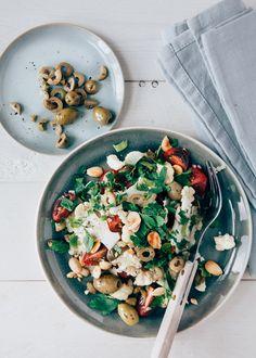 Heerlijke frisse en snel gemaakte bloemkoolsalade met mediterrane smaakmakers zoals olijven, tomaten en een heerlijke sjalot/anjovisdressing.