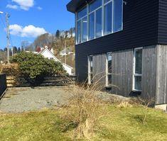 Det er ikke til å tro hvor fin denne hagen ble! Garage Doors, Shed, Outdoor Decor, Home Decor, Modern, Decoration Home, Room Decor, Home Interior Design, Carriage Doors