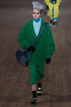Guarda la sfilata di moda Marc Jacobs a New York e scopri la collezione di abiti e accessori per la stagione Collezioni Primavera Estate 2018.
