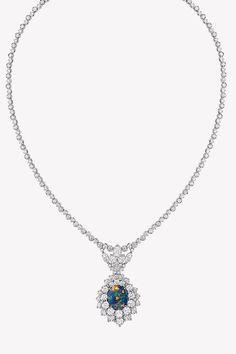 Ода опалам в коллекции драгоценностей Dior et d'Opales   Украшения   VOGUE Dior Jewelry, Diamond District, Pendants, Bracelets, Earrings, Vogue, Fashion, Ear Rings, Moda
