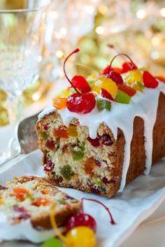 Receita de Bolo de Frutas Selecionadas. Veja como é fácil e aprenda a fazer o bolo tradicional das festividades de final de ano. Para o seu Natal, um bolo mais leve e, com frutas selecionadas. Nas dicas da receita há outras sugestões imperdíveis!