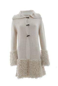 Cappotto ecrù in maglia con alamari