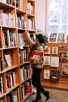 Spend your time in Portland like a local with this guide to iconic spots in the city of Portland, Oregon. Tumblr Fotos Instagram, Story Instagram, Book Photography, Portrait Photography, Library Photo Shoot, Book Aesthetic, Photo Reference, Photoshoot Inspiration, Photo Poses