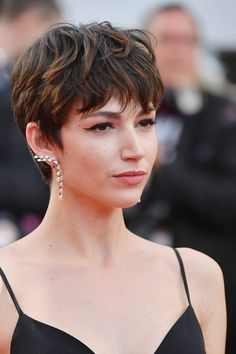 The classics are the new favorites seasoned with red carpet and catwalk. The result? A cocktail of ideas for inspiration . Pixie Cut Thin Hair, Cut My Hair, New Hair, Curly Pixie Haircuts, Short Afro Hairstyles, Hair Inspo, Hair Inspiration, Red Carpet Hair, Pelo Pixie