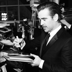 Colin Farrell Photos Photos - This image was processed using digital filters.) Colin Farrell sings autographs as he arrives for the Goldene Kamera on March 4, 2017 in Hamburg, Germany. - Goldene Kamera 2017 - Instant Views
