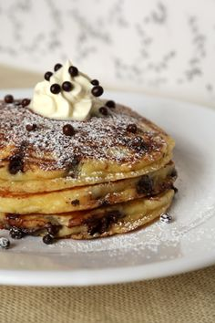 Take your love for easy brunch recipes to the next level with this simple pancake recipe with chocolate. How To Make Pancakes, Pancakes Easy, Pancakes And Waffles, Buttermilk Pancakes, Butter Pancakes, Homemade Pancakes, Easy Brunch Recipes, Breakfast Recipes, Pancake Recipes