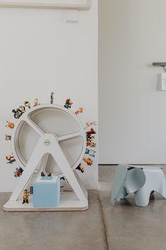 zu Besuch bei Katerina - ein modernes Hanghaus aus Sichtbeton Community, Mirror, Table, Furniture, Home Decor, Cool Kids Rooms, Kid Crafts, Decoration Home, Room Decor