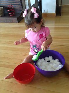 Transferindo o algodão de um pote para o outro. Montessori