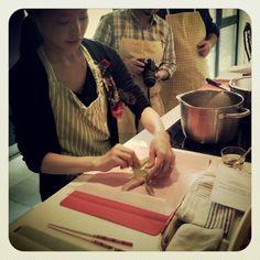 Preparando pescado al vapor con verduras
