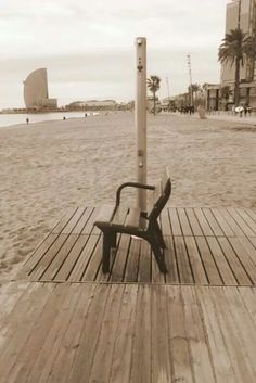 Platja de la Barceloneta amb l'hotel Vela a l'horitzo.