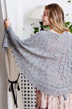 Tusnelda Sjal strikkeopskrift på sjal med snoninger og hulmønstre. Design Pernille Cordes.  Laceshawl with cable border knittingpattern