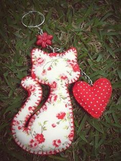 Cat and heart key ring Fabric Crafts, Sewing Crafts, Sewing Projects, Felt Patterns, Sewing Patterns, Cat Crafts, Arts And Crafts, Felt Keyring, Cat Keychain
